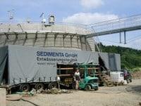 Aufbau einer mobilen Anlage im Baustellenfeld einer Kläranlage